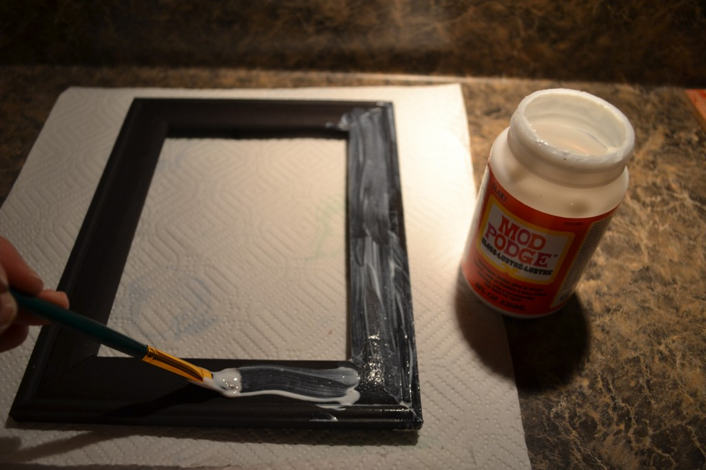 apply mod podge on picture frame1 1024x682 Mod Podge Picture Frame